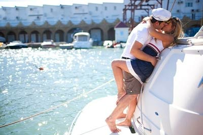 boat-couple-kiss-navy-sailo.jpg