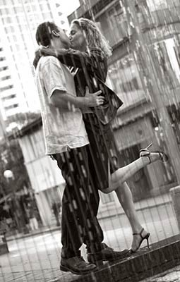 kissing-in-the-rain_1673581.jpg