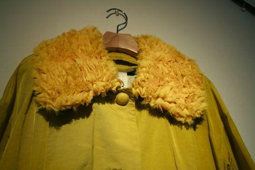 黄色コート襟
