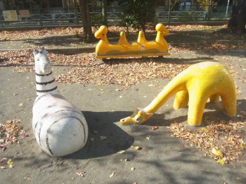 公園の遊具って…