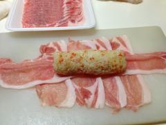 豚ロース肉で巻く