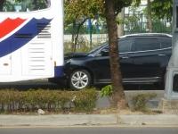 衝撃でバスにめり込んだ路駐車両141026