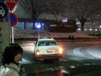 雪の夜のタクシーはなかなか来ない