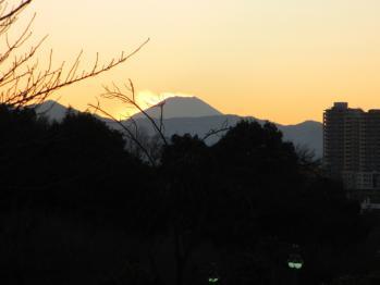 風が富士山の雪を飛ばす