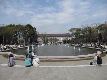 噴水から博物館を望む