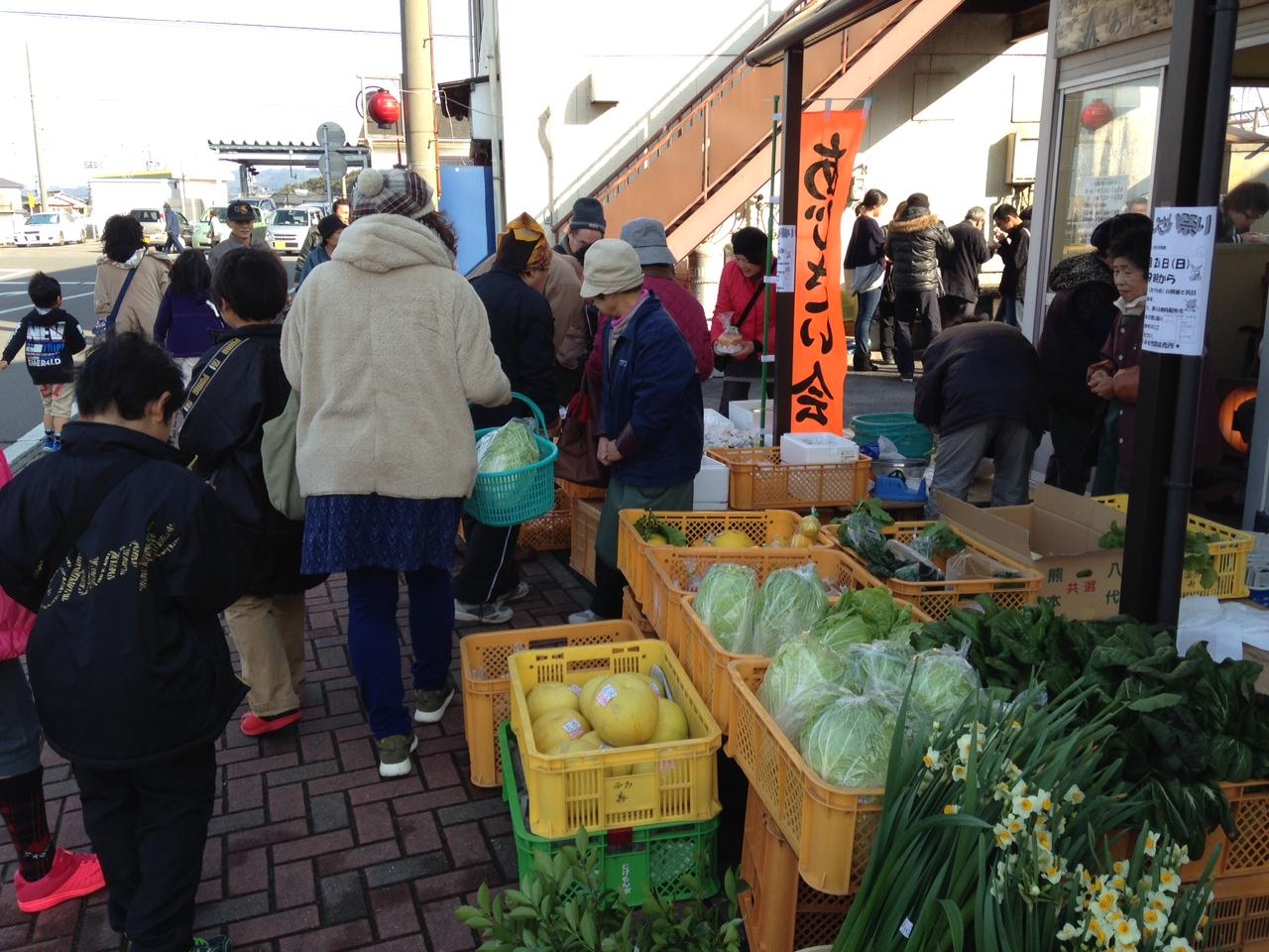 農家の主婦の方々による新鮮野菜市!