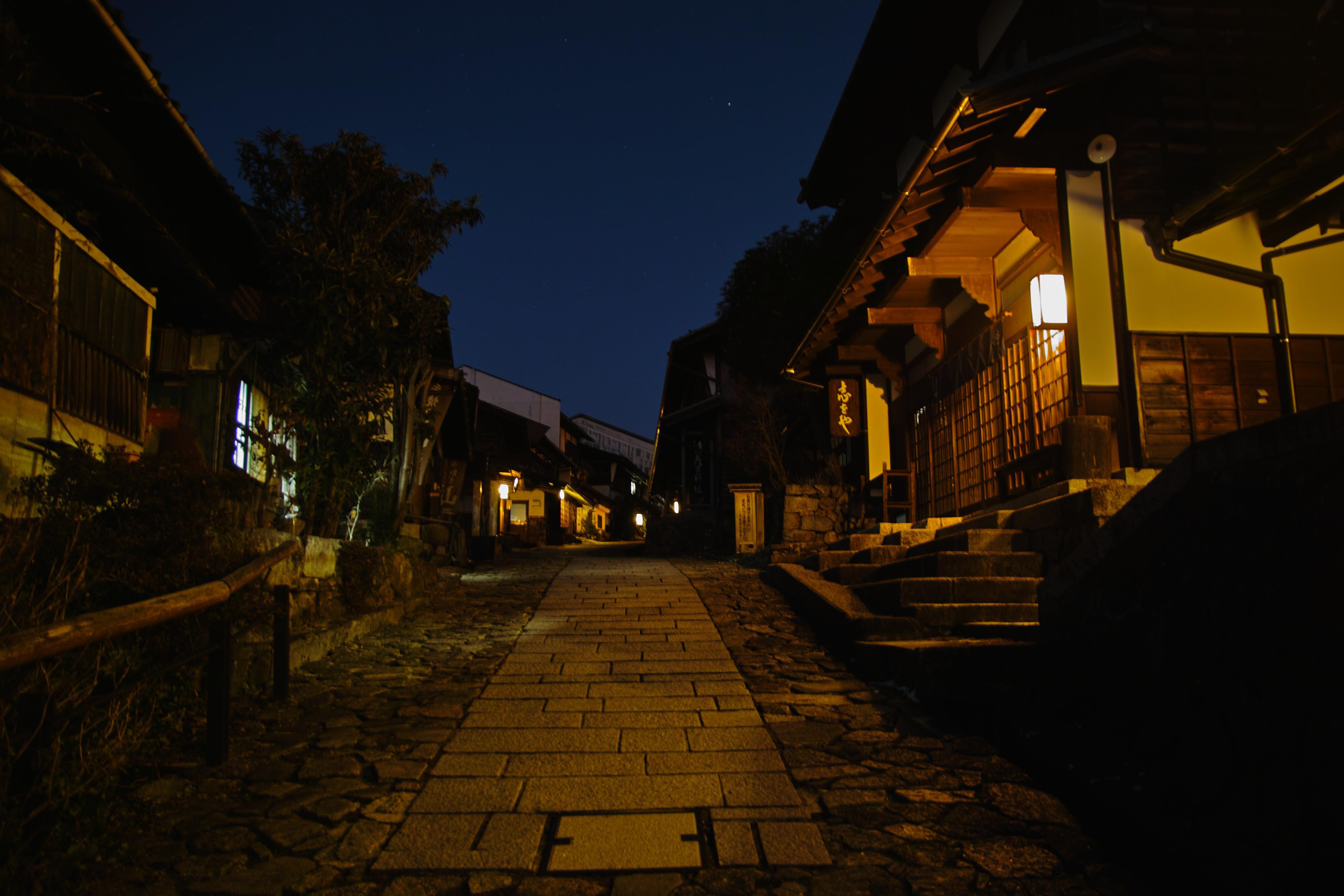 夜の宿場shutter優先_compressed