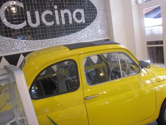 黄色い車のディスプレイ