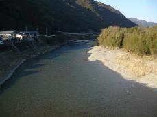 川を眺める