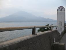 バス停と桜島のコラボレーション