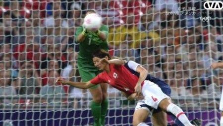 女子サッカー決勝アメリカ側反則アメリカ選手両腕で抱える