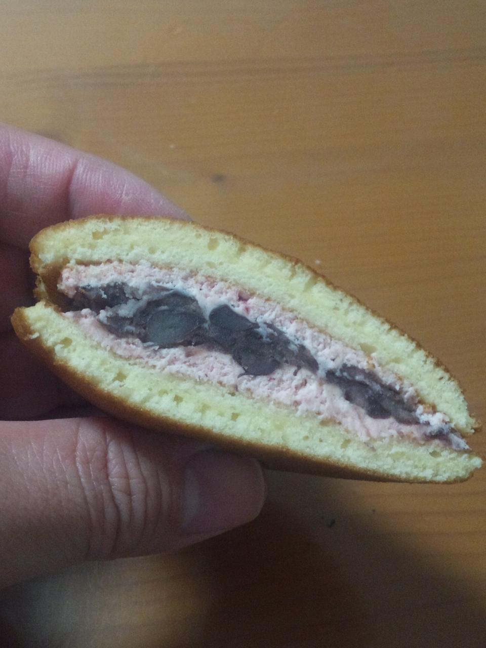 茶菓あずきや(いちご生クリームどら焼き)