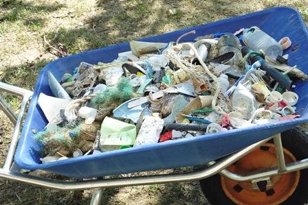 市回収前のゴミ集め