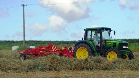 牧草刈取り