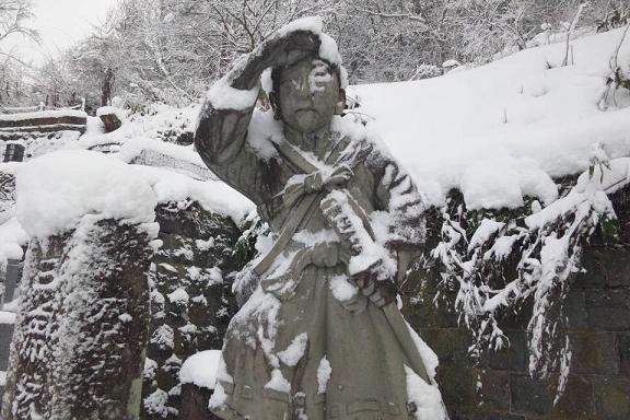 飯盛山の白虎隊像