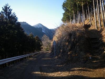 横切る林道から仏果山