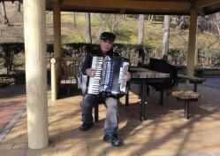 鑑山公園でアコーディオン練習20130131-2