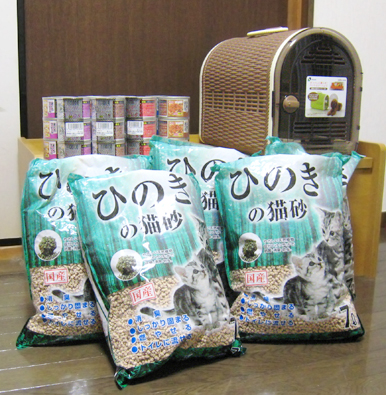 F様からの支援の缶詰と猫砂とキャリーバック