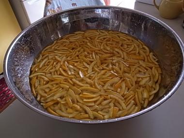 圧力鍋で煮た皮を水につける