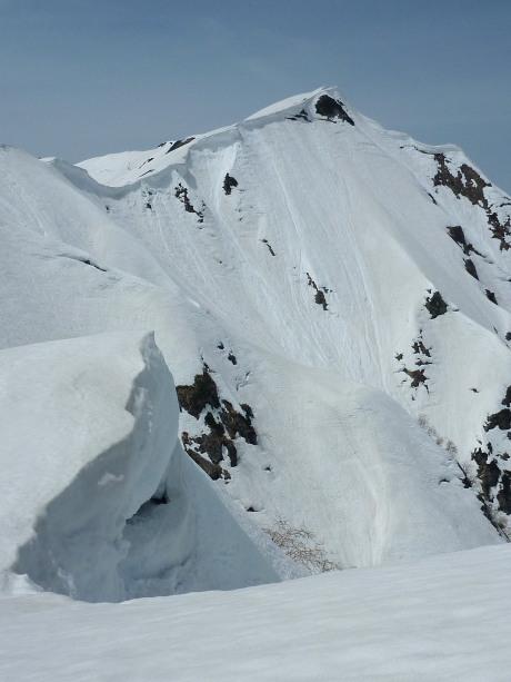 巨大な雪庇の稜線