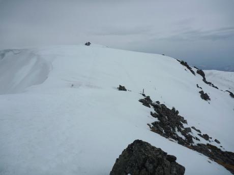 吹雪が収まった稜線