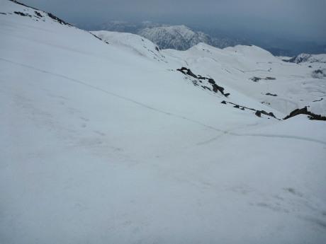 雪庇の上を歩く