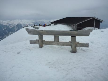 雪に埋もれる鳥居