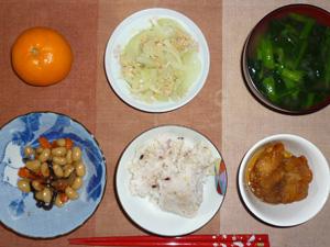 胚芽押麦入り五穀米,若鶏の唐揚げ,煮豆,ひき肉と玉葱の炒め物,ほうれん草のおみそ汁,みかん