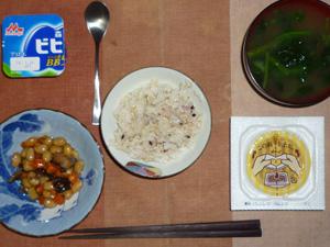 胚芽押麦入り五穀米,煮豆,納豆,ほうれん草のおみそ汁,ヨーグルト