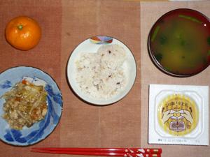 胚芽押麦入り五穀米,納豆,もやしとひき肉の野菜炒め,ほうれん草のおみそ汁,みかん
