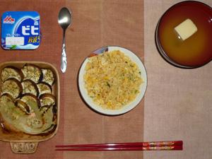 焼き豚チャーハン,焼き茄子と焼き玉葱,ワカメと高野豆腐のおみそ汁,ヨーグルト