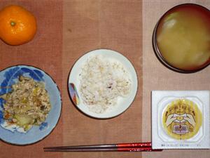 胚芽押麦入り五穀米,納豆,肉野菜炒め,玉葱のおみそ汁,みかん