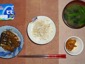 胚芽押麦入りごはん,茄子と玉葱の肉味噌炒め,鶏の唐揚げ,ほうれん草のおみそ汁,ヨーグルト