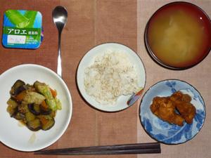 胚芽押麦入りご飯,鶏の唐揚げ,野菜炒め,玉葱のおみそ汁,ヨーグルト