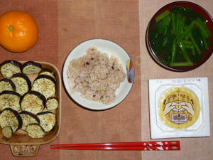 胚芽押麦入り五穀米,納豆,焼き茄子,ほうれん草のおみそ汁,みかん