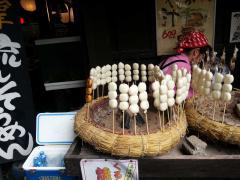串焼き団子 隣に焼き魚も売ってますが高いです