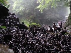 天岩戸神社の裏側の天安河原です パワースポットの1つです