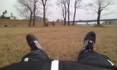 草に寝転ぶ