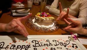 ケーキに群れる狐達の図