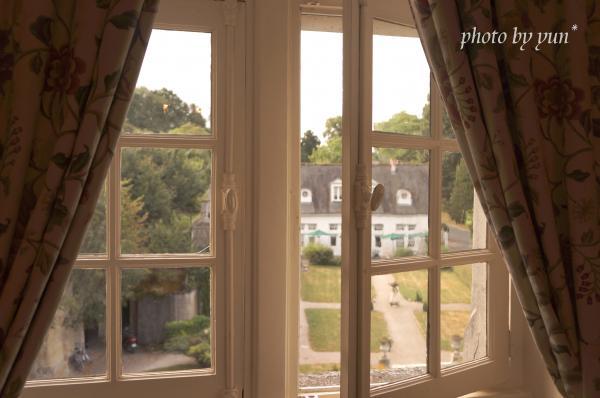 古城ホテルの窓辺