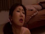 旦那の寝ている横でフェラチオする浮気妻・伊織涼子