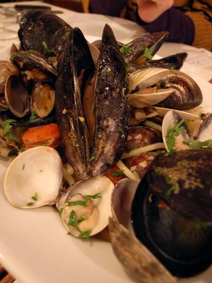 チーロ 色々な貝とトマトのパスタ