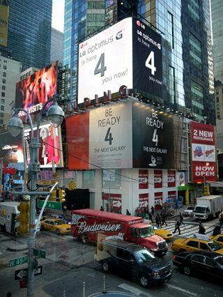 LG電子、GalaxyS4のディザー広告の真上にそっくりなOptimusGの広告を掲載