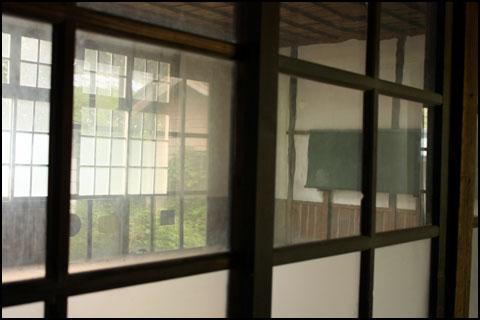 両神小学校 竹ノ平分校 教室と廊下を隔てる窓ガラス