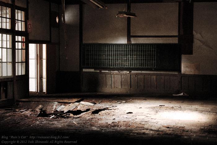 両神小学校 竹ノ平分校 光の筋が差し込む、崩壊した教室