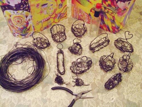寒くてどうしようもない日は、アルミ線でミニチュア籠をたくさん作って過ごします♪2014.01.14