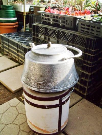 世田谷ボロ市に行ってきました♪アルミのやかんを買いました♪ビニールハウスで練炭火鉢でお湯を沸かします(^-^)2014.01.17
