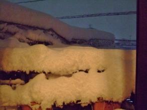 まだまだ2階ベランダに積もる雪・・・どうにもできません(ToT)/~~~2014.02.14.23:22