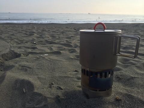 海時間、アルコールストーブを持って浜辺でコーヒー。